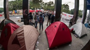 Docentes porteños acamparon frente a la sede del Ministerio de Educación, en reclamo de una audiencia