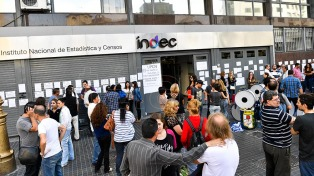 """Empleados del Indec, en estado de """"alerta y movilización"""" ante el despido de unos 80 trabajadores"""