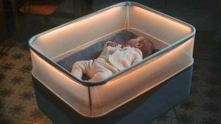 Crearon una cuna que imita el andar de un auto, para bebés que sólo duermen mientras viajan
