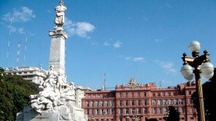 Piden que el monumento de Colón vuelva a los jardines de la Rosada