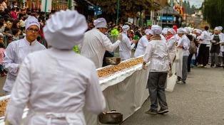 Cientos de chicos iniciaron la Fiesta Nacional del Chocolate en Bariloche decorando huevos de Pascua