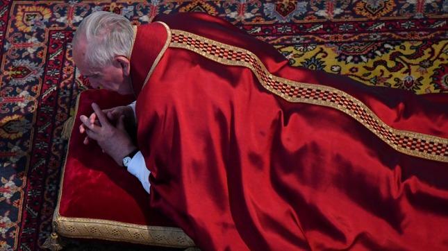 Papa Francisco hace el 'lavatorio de pies' a 12 reos