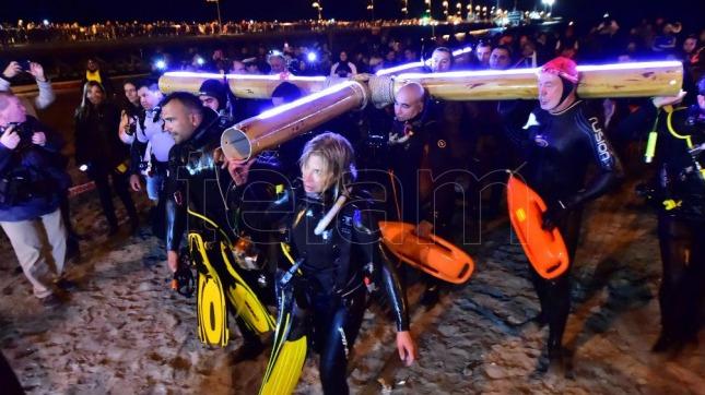 Una multitud participó del Vía Crucis submarino uno de los atractivos de Puerto Madryn