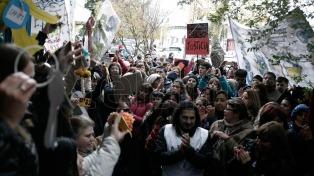 Maestros, judiciales y empleados públicos protestan en la avenida Néstor Kirchner en Río Gallegos