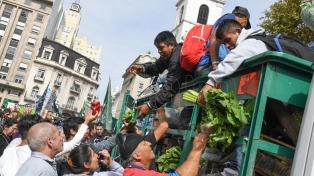Productores hortícolas regalaron 20 mil kilos de verduras en Plaza de Mayo en protesta