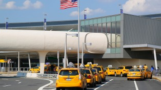 Un avión aterrizó de emergencia en Filadelfia tras romperse en vuelo uno de sus motores