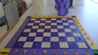 Jóvenes cordobeses armaron un ajedrez para personas no videntes con una impresora 3D