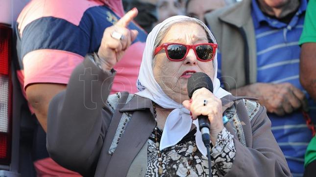 Recibe Rousseff pañuelo blanco de Madres de Plaza de Mayo