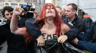 Feministas volvieron a protestar durante la votación de Le Pen