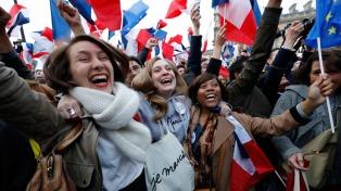 Miles de franceses celebran el triunfo de Macron frente al Museo del Louvre