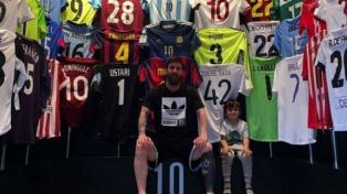Messi presentó su museo de camisetas junto con su hijo