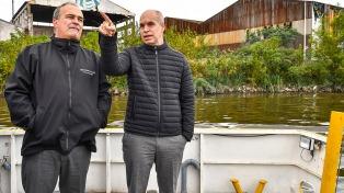 Diez vecinos recorrieron en barco El Riachuelo para ver los avances de las obras de saneamiento