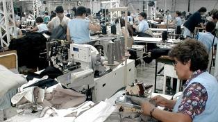 El gobierno analiza bajar las cargas patronales al sector textil y de calzado