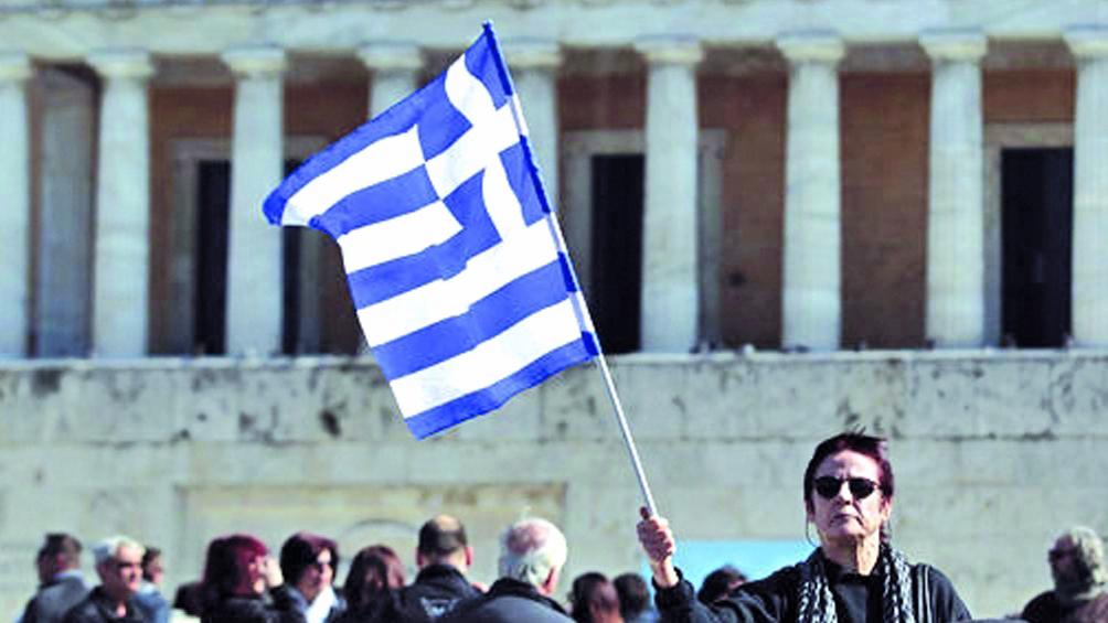 Miles de griegos protestan contra reducción de derechos laborales
