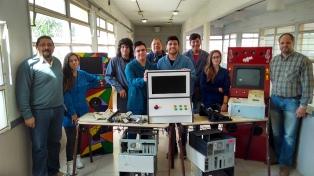 Estudiantes reciclan computadoras para convertirlas en proyectos solidarios