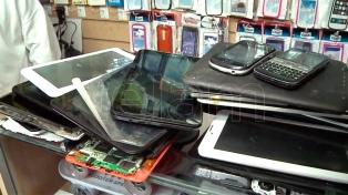Un fiscal intenta devolver a sus dueños 2.500 celulares robados
