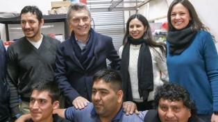 Macri y Stanley visitaron una cooperativa de Isidro Casanova