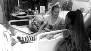 La foto de Ariana Grande junto a una víctima del atentado