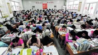 Casi diez millones de jóvenes rinden el Gaokao, el crucial examen que paraliza al país