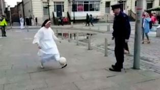 """El video de una monja y un policía haciendo """"jueguito"""" es viral en las redes sociales"""