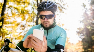 Buscan prohibir que los ciclistas circulen usando el celular y los auriculares puestos