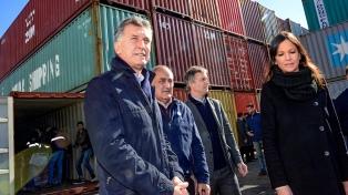 Macri recorrió un depósito de mercadería incautada, que comenzó a ser repartida entre la población vulnerable