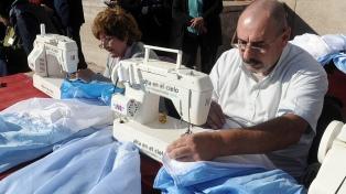Escuelas y clubes recolectan telas celestes y blancas para coser una gran bandera