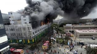Seguirá por dos días el combate al gran incendio en Lima