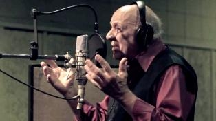 El cantor Osvaldo Peredo presenta su disco en vivo junto a la Orquesta Victoria
