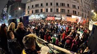 Miles de personas marcharon de Plaza de Mayo al Congreso contra los travesticidios y transfemicidios