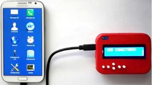 Un argentino creó un dispositivo gratuito para que personas con discapacidad motriz puedan usar smartphones