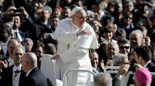 Francisco cambia la agenda y agrega recorridos callejeros en el Papamóvil