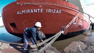 """El """"Almirante Irízar"""" amarra en la base naval de Puerto Belgrano para tareas de carenado"""