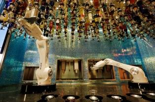 Dos robots  que hacen tragos, la gran atracción de un bar en Las Vegas que quiere marcar tendencia