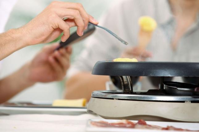 as en femenino la raclette es la ms simple de todas porque el trabajo lo hace el aparato elctrico en el que se cuecen los alimentos y en torno del cual