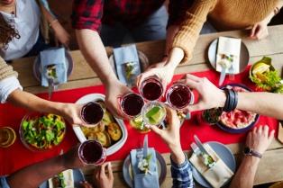 Recetas fáciles y rápidas: qué preparar para recibir a los amigos en casa y con qué vino maridarlo