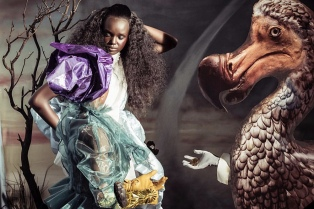 Tim Walker reinventa las aventuras de Alicia en versión afro y sin desnudos