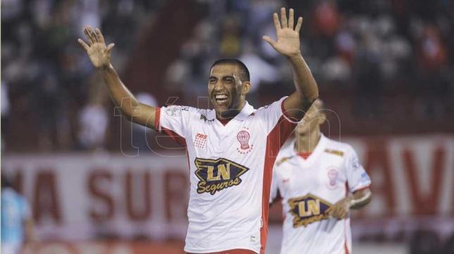 """Ramón Ábila con la camiseta de Huracán mira de reojo al """"Xeneize"""" (Foto archivo)"""