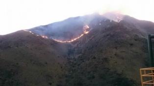 Combaten dos focos de incendio en las sierras de Córdoba