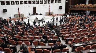 El Parlamento turco expulsó a dos legisladores opositores