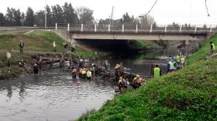 Cooperativistas realizan trabajos de limpieza en arroyos de la cuenca del río Reconquista