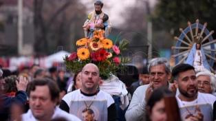 Centenares de fieles forman una fila de ocho cuadras para venerar a San Cayetano