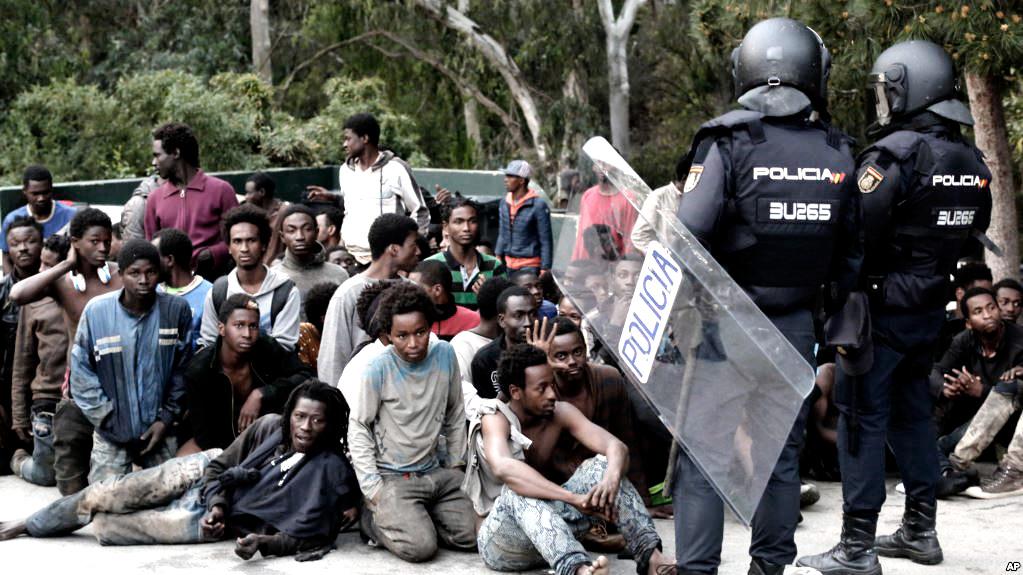 Más de un centenar de migrantes saltaron la valla fronteriza de Ceuta