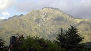 Combaten un incendio en el cerro Uritorco y detienen a dos hombres acusados de iniciar el fuego