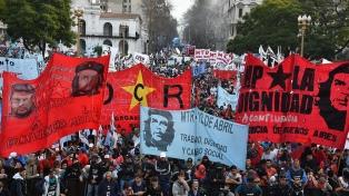 """Movimientos sociales y gremios marcharon hasta Plaza de Mayo por """"Paz, tierra, techo y trabajo"""""""