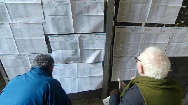 Los electores desde temprano llegaron al Colegio Nacional Buenos Aires