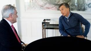 Macri, tras ser operado de la rodilla, se reunió con el ex presidente Piñera