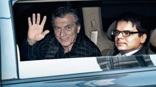 Macri fue dado de alta tras la operación de la rodilla y salió caminando del sanatorio