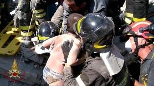 Rescataron a dos niños atrapados tras el sismo que dejó dos muertos y decenas de heridos en Italia