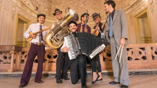 """La Orquesta Segundo Mundo expande la cultura de los pueblos nómades en su nuevo """"Furor ancestral"""""""